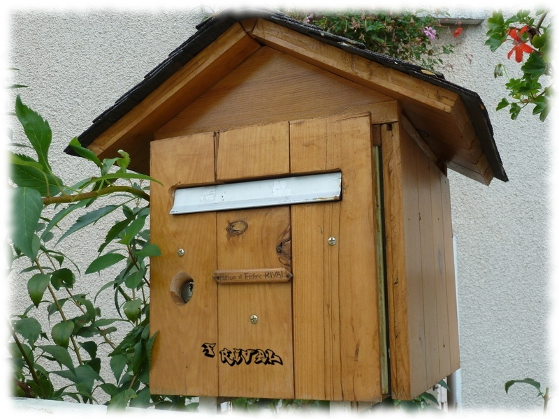 habillage en bois pour une boîte aux lettres