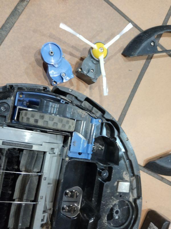 Pour réparer votre roomba, vous devez enlever le bloc moteur de la brosse latérale